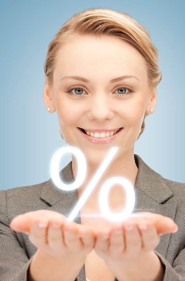 Mulher que mostra o sinal dos por cento em suas mãos foto de stock royalty free
