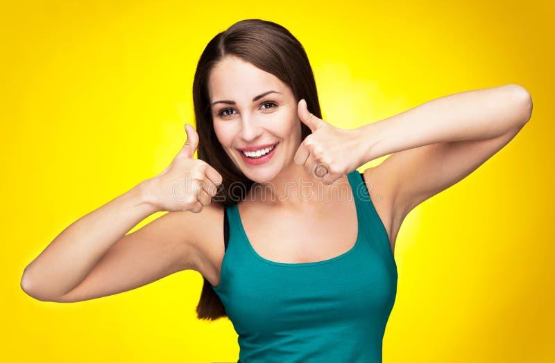 Mulher que mostra os polegares acima imagem de stock