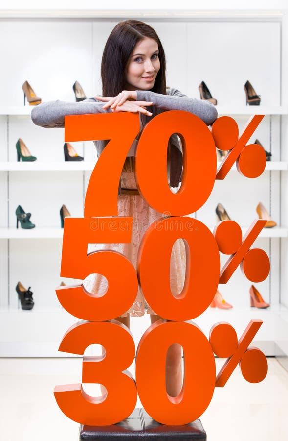 Mulher que mostra a porcentagem das vendas nas bombas fotografia de stock royalty free