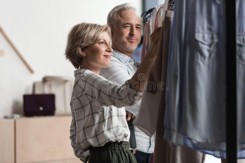 Mulher que mostra a roupa da cremalheira fotografia de stock