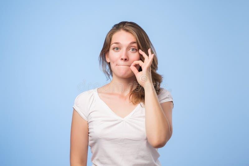 Mulher que mostra shh o sinal fotografia de stock royalty free