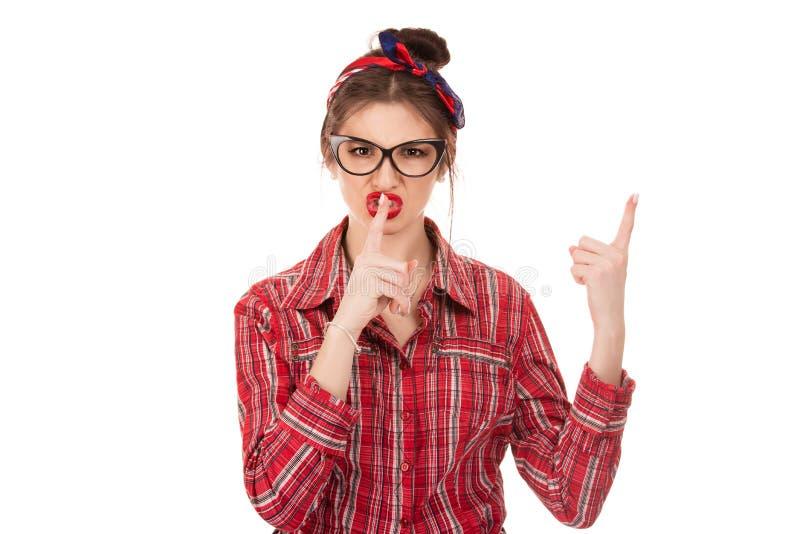 A mulher que mostram o gesto do sinal do silêncio com uma mão e a atenção escutam-me com a outra mão fotografia de stock