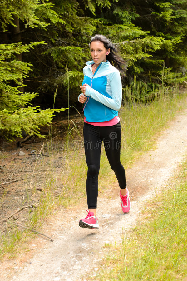 Mulher que movimenta o trajeto running exterior do campo foto de stock royalty free