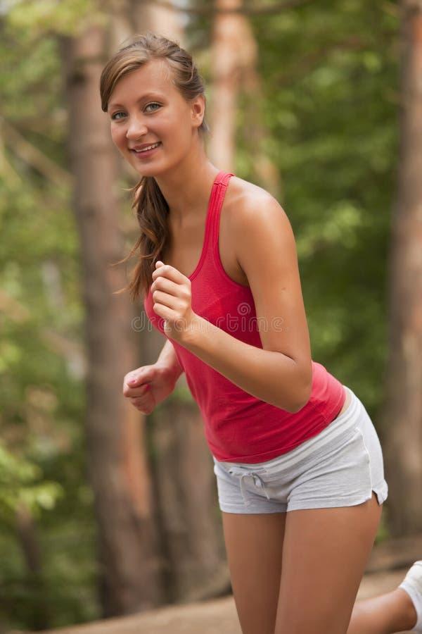 Mulher que movimenta-se ao ar livre imagens de stock