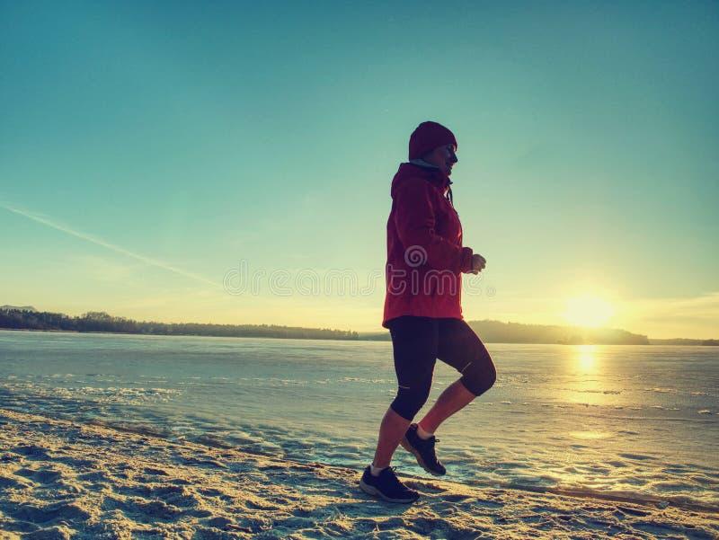 Mulher que movimenta-se na corrida da praia do inverno Atleta f?mea Runner imagem de stock royalty free