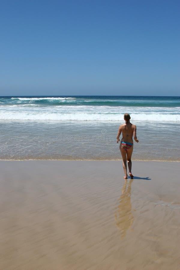 Download Mulher Que Movimenta-se Na Praia Austrália Imagem de Stock - Imagem de austrália, pool: 542449
