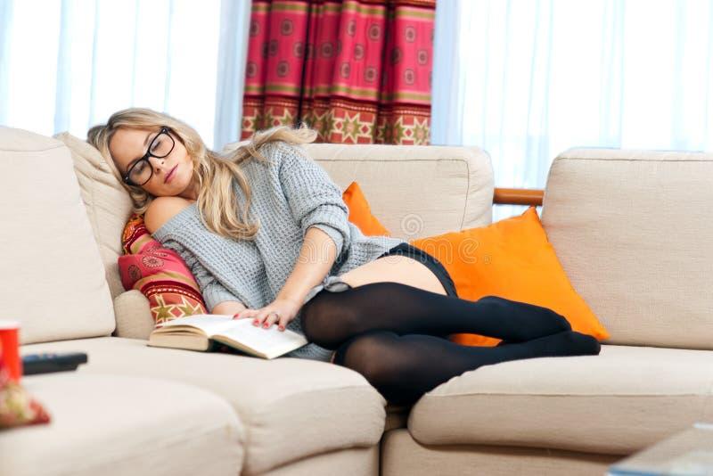 Mulher que napping em seu sofá fotografia de stock royalty free