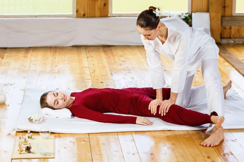 Mulher que obtém a massagem de esticão tailandesa tradicional pelo terapeuta imagem de stock royalty free