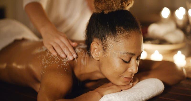 Mulher que obtém a massagem de relaxamento de A no salão de beleza fotografia de stock