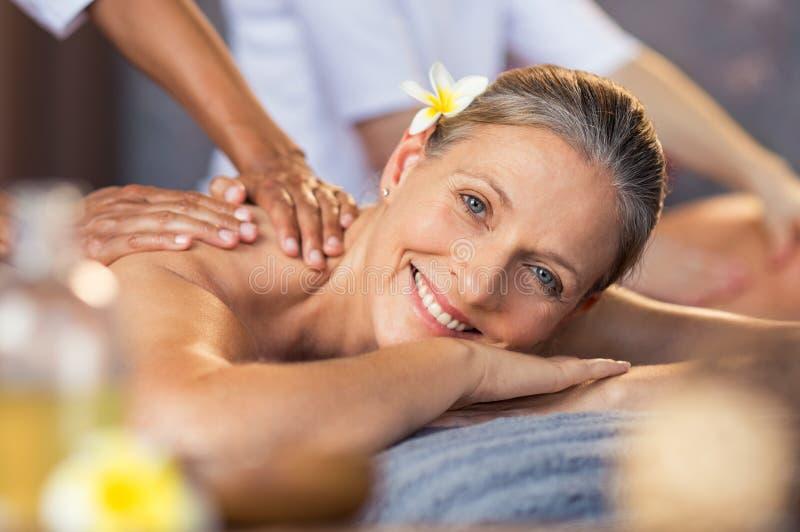 Mulher que obtém a massagem do óleo em termas imagens de stock
