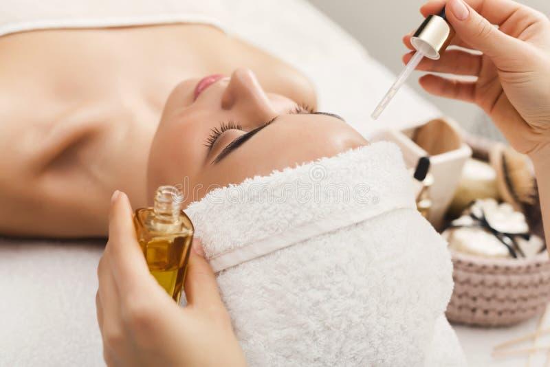 Mulher que obtém a massagem facial profissional no salão de beleza dos termas imagens de stock royalty free
