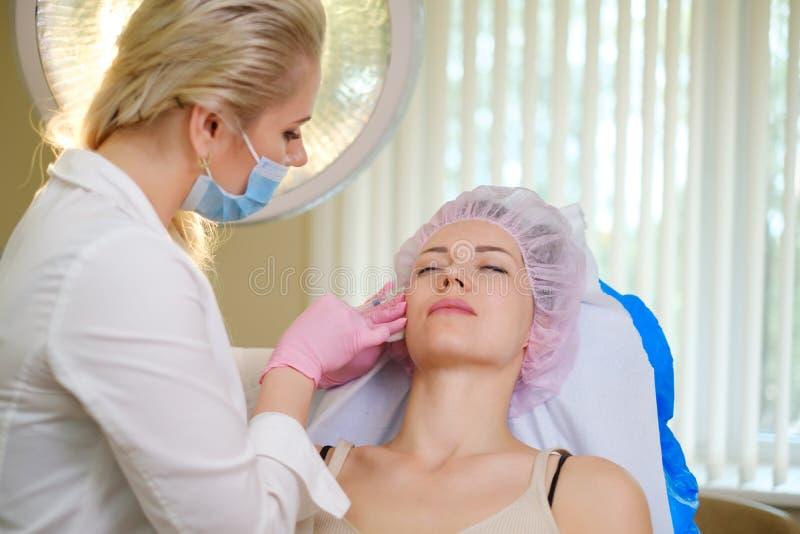 Mulher que obtém o tratamento com enchimento cutâneo ácido hialurónico injetável fotografia de stock royalty free