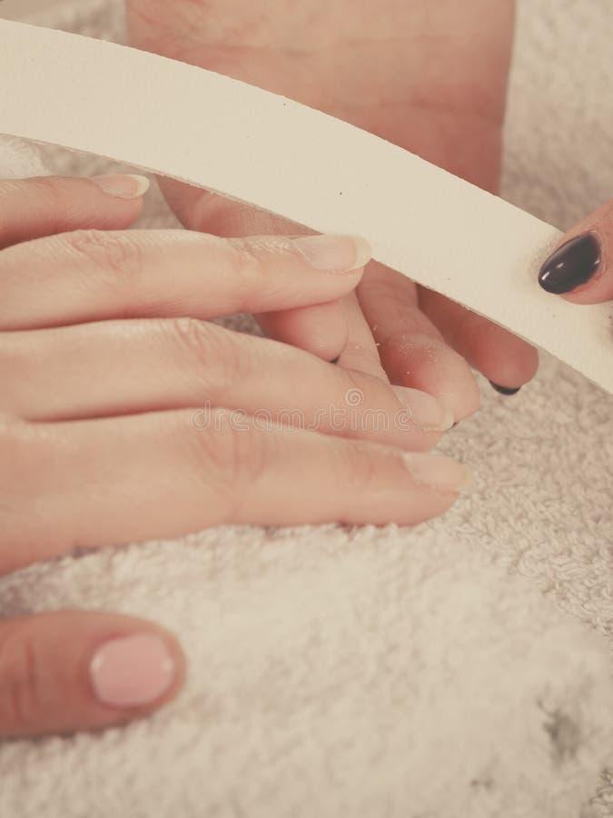Mulher que obtém pregos feitos tratamento de mãos do arquivo imagens de stock royalty free