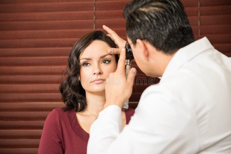 Mulher que obtém um controle com doutor fotografia de stock royalty free