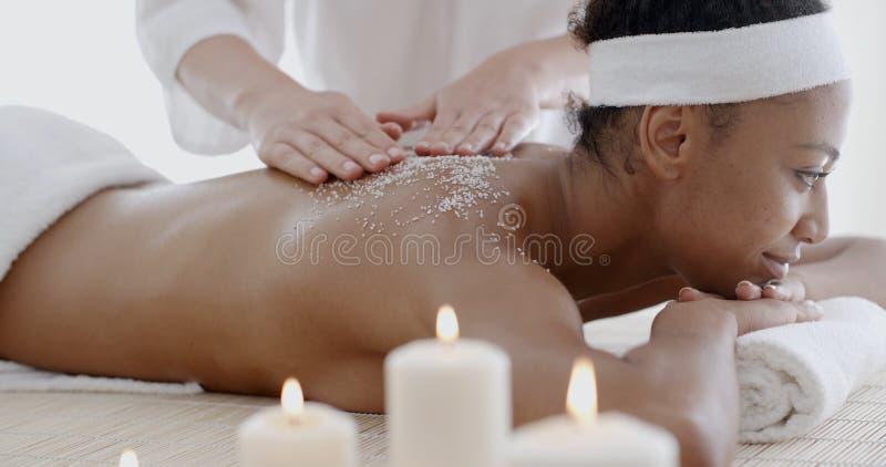 A mulher que obtém um sal esfrega o tratamento imagem de stock royalty free
