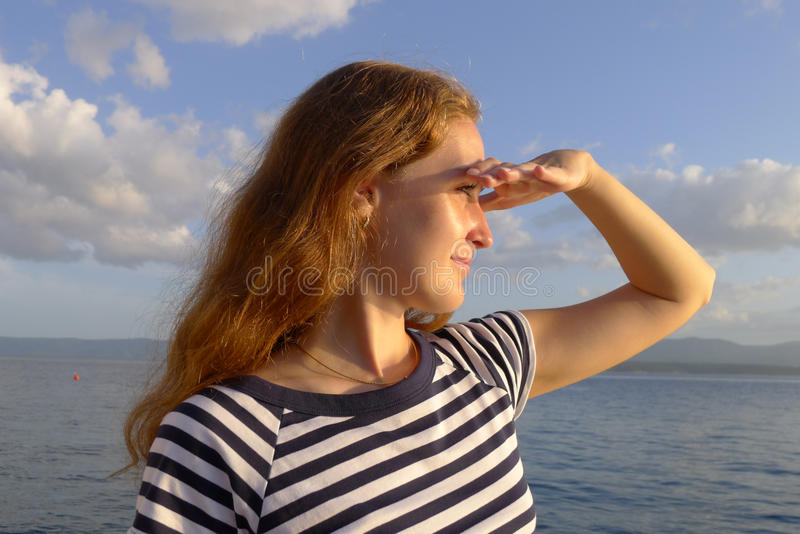 Mulher que olha à distância imagens de stock