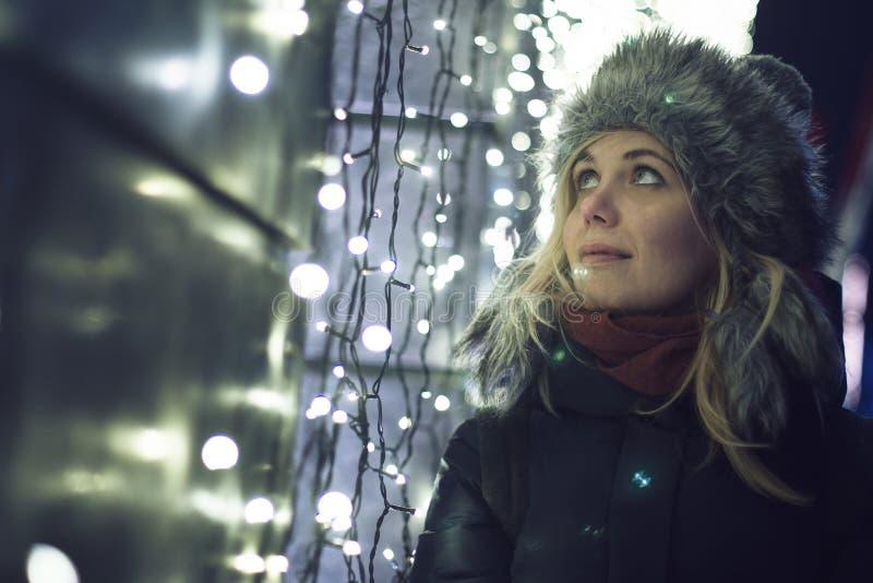 Mulher que olha as luzes da cidade foto de stock royalty free