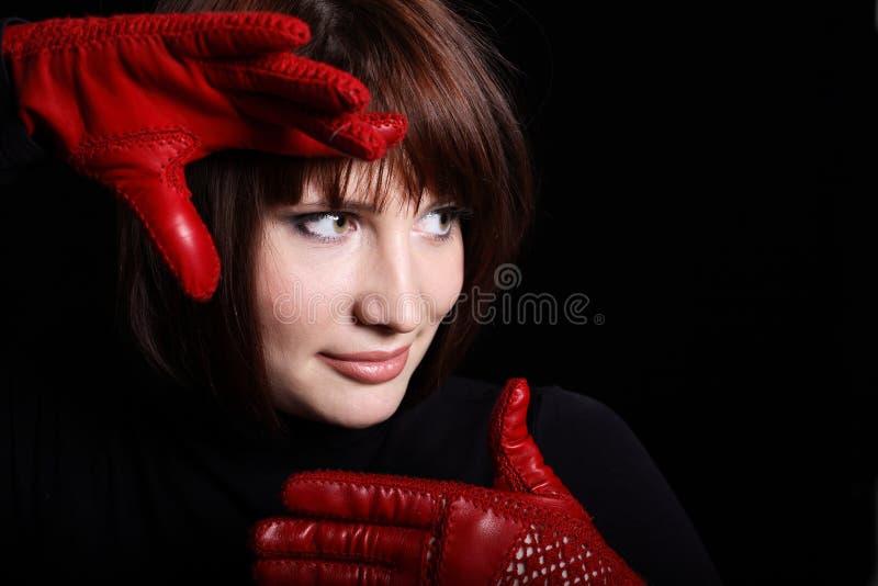 Mulher que olha direita da obscuridade fotografia de stock royalty free