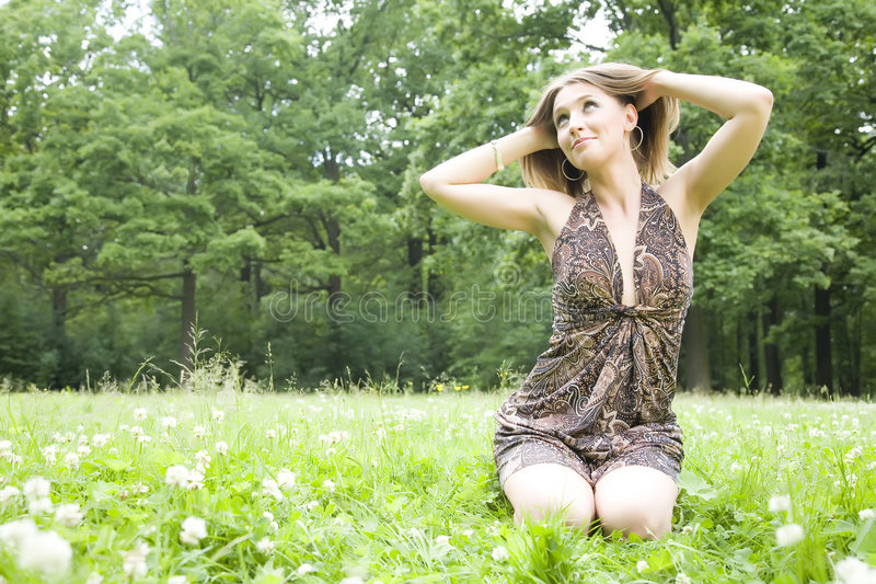 Mulher que olha em The Sun imagem de stock royalty free