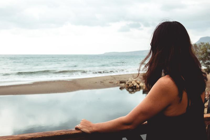 Mulher que olha fixamente no mar fotografia de stock