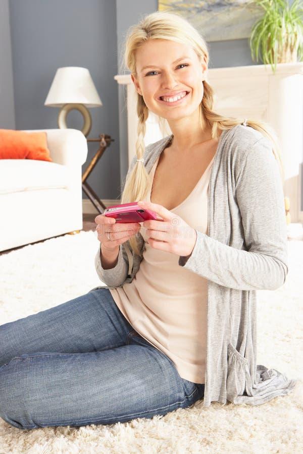 Mulher que olha a fotografia na câmara digital imagem de stock
