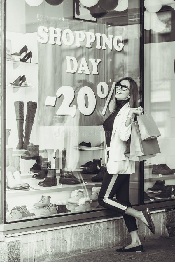 Mulher que olha a loja imagens de stock
