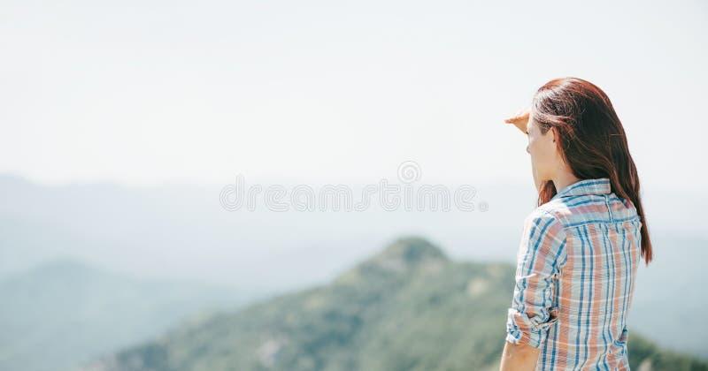 Mulher que olha na distância nas montanhas imagens de stock