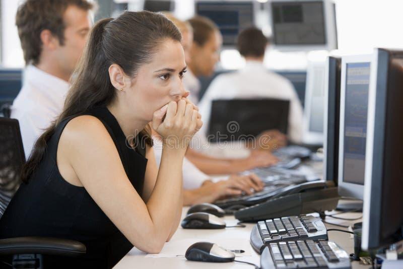 Mulher que olha o monitor imagens de stock royalty free