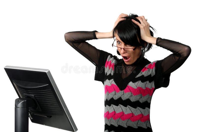 Mulher que olha o monitor que começ uma surpresa imagem de stock
