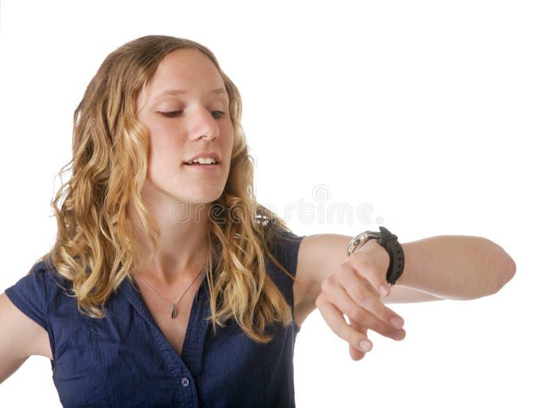 Mulher que olha o relógio fotografia de stock