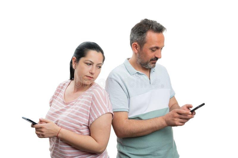 Mulher que olha o telefone do noivo fotografia de stock royalty free