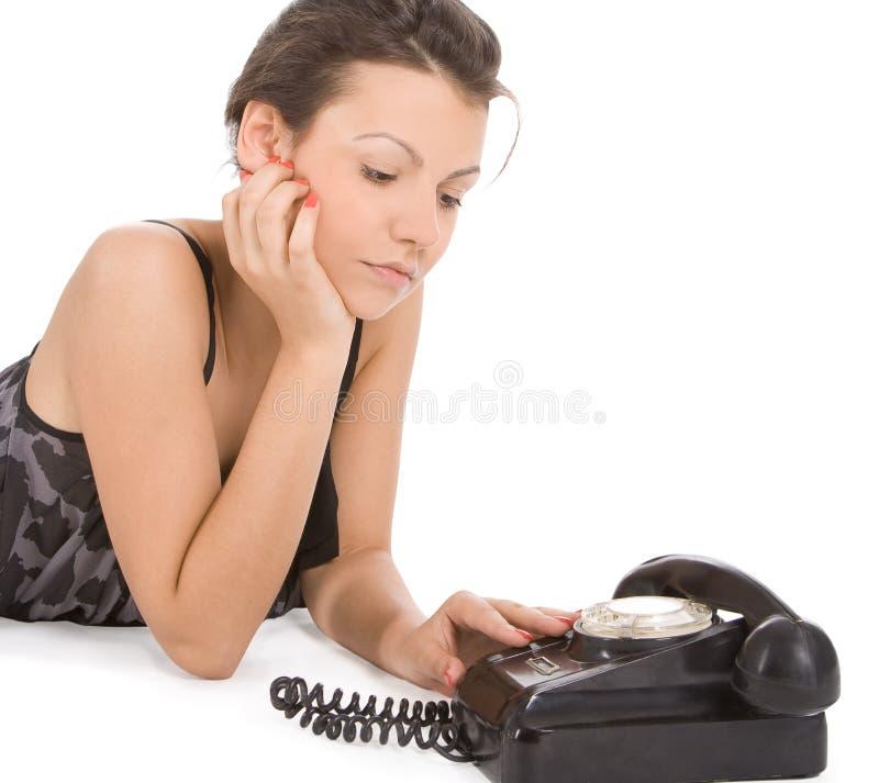 Mulher que olha o telefone velho imagem de stock royalty free