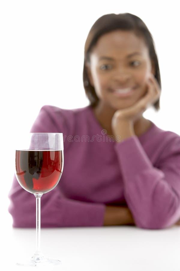 Mulher que olha o vidro do vinho imagens de stock royalty free