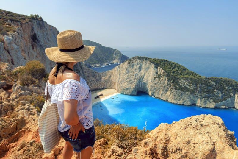 Mulher que olha a praia de Zakynthos foto de stock royalty free