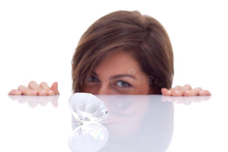 Mulher que olha um diamante grande fotografia de stock