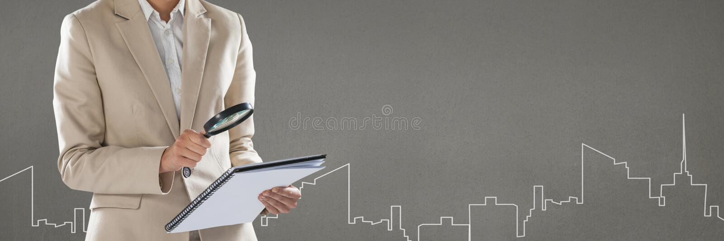 Mulher que olha um original do seguro contra o fundo cinzento imagem de stock royalty free