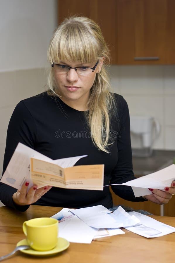 Mulher que paga suas contas imagens de stock