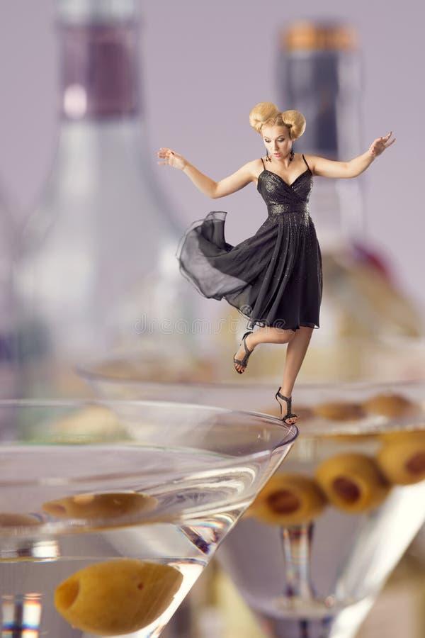 Mulher que partying na borda do vidro imagem de stock