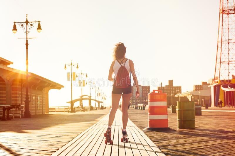 Mulher que patina na estrada imagens de stock royalty free
