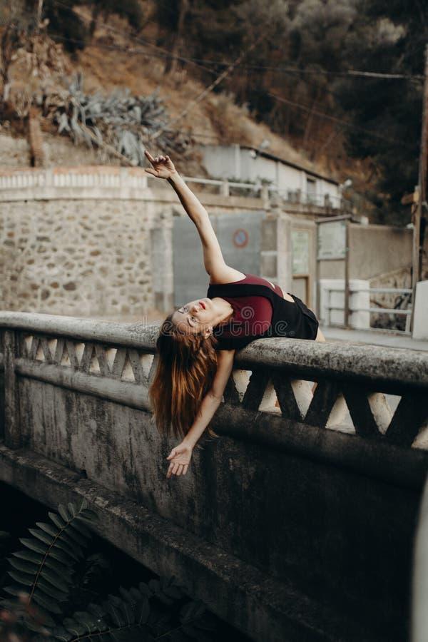Mulher que pendura de uma ponte imagens de stock royalty free