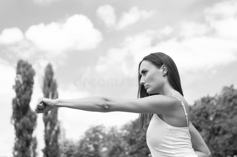 Mulher que perfura em exterior ensolarado do exercício fotografia de stock royalty free