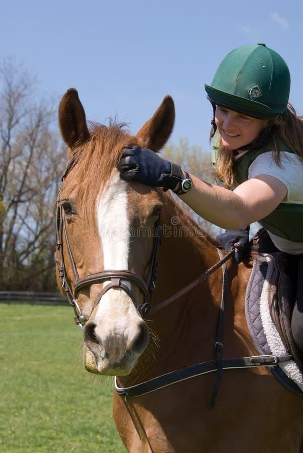Mulher que petting o cavalo foto de stock