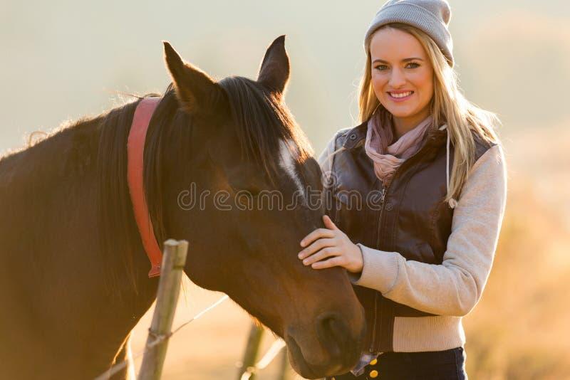Mulher que petting o cavalo imagem de stock royalty free
