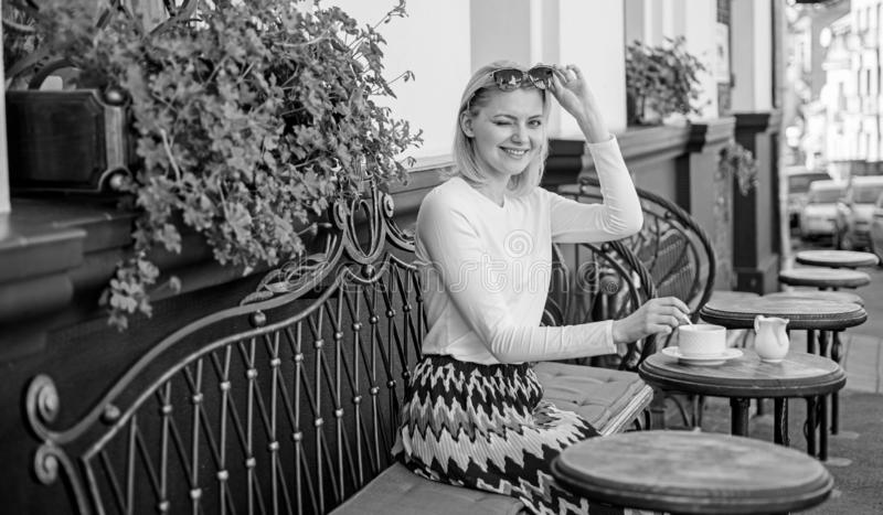 A mulher que pisc a cara tem o terraço do café da bebida fora Chá da bebida da menina com leite como a tradição aristocrática Can foto de stock royalty free
