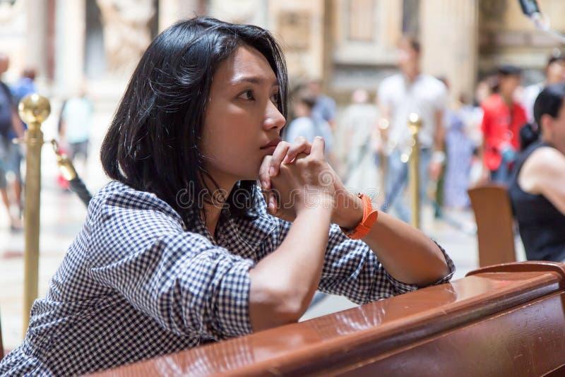 Mulher que praying na igreja fotos de stock