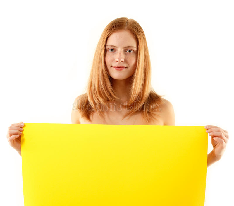 Mulher que prende a bandeira amarela em branco fotografia de stock