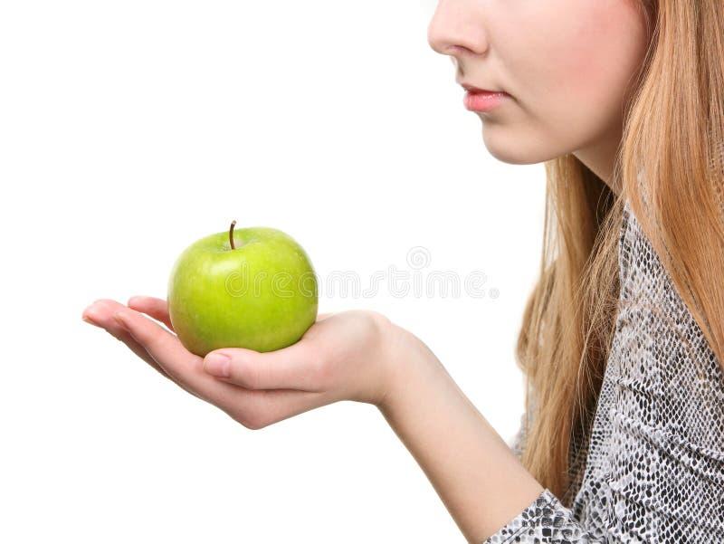 Mulher que guardara a maçã verde fresca