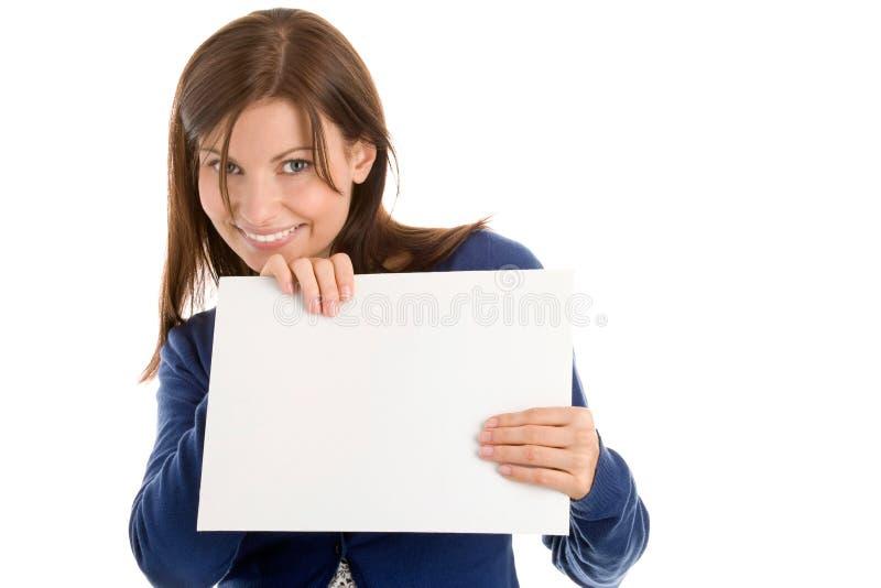 Mulher que prende o cartão de nota em branco foto de stock royalty free