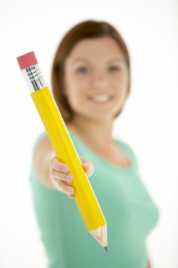 Mulher que prende o lápis grande foto de stock royalty free