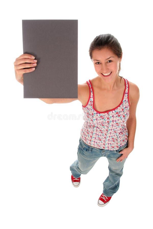Mulher que prende o sinal em branco foto de stock